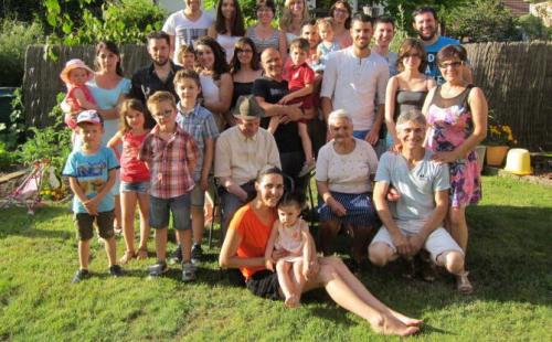 Trois-generations-sont-autour-de-tomas-et-maria-candida-a-droite-aurore-pinto-qui-tient-les-epaules-de-son-mari-amilca-r-photo-dna-1469125703